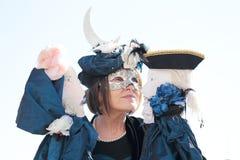 Verdeckte Frau, die zwei Marionetten während des Karnevals von Venedig spielt Stockfoto