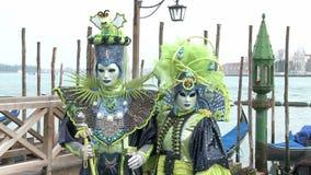 Verdeckte Paare in Venedig auf Karneval stock footage