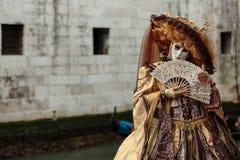 Verdeckte Person am Venedig-Karneval Stockfotos