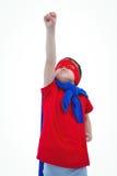 Verdeckter Junge, der vortäuscht, Superheld auf weißem Schirm zu sein Lizenzfreie Stockfotos