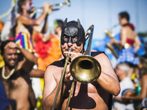 Verdeckter Musiker Playing auf Straßen-Parade bei Carnaval in Rio de Janeiro, Brasilien Stockfotos