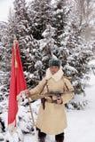 Verdediger van Stalingrad in een de wintervorm met een rode banner Stock Afbeelding