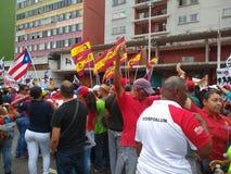 Verdedigers van Nicolas Maduro maart in Caracas om de eerste verjaardag van herverkiezing te herdenken stock foto