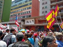 Verdedigers van Nicolas Maduro maart in Caracas om de eerste verjaardag van herverkiezing te herdenken royalty-vrije stock foto