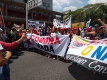 Verdedigers van Nicolas Maduro maart in Caracas om de eerste verjaardag van herverkiezing te herdenken royalty-vrije stock afbeeldingen