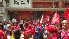 Verdedigers van Nicolas Maduro maart in Caracas om de eerste verjaardag van herverkiezing te herdenken stock videobeelden