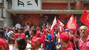 Verdedigers van Nicolas Maduro maart in Caracas om de eerste verjaardag van herverkiezing te herdenken stock footage