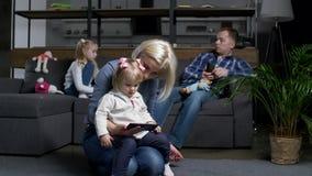 Verdeeld door gadgetsfamilie tijdens binnenlandse vrije tijd stock video