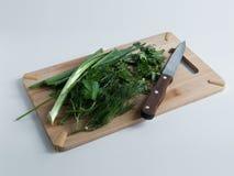 Verdes de la ensalada en una tabla de cortar Fotografía de archivo