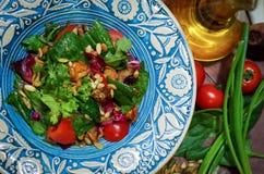 Verdes vegetales brillantes y setas de la ensalada Foto de archivo libre de regalías