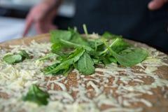 Verdi frondosi sul crêpe del formaggio Fotografia Stock