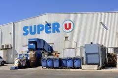 Verdichtung des Abfalls und der Verpackung von einem Supermarkt Lizenzfreies Stockfoto