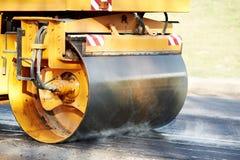 Verdichtungsgerätrolle bei der asphaltierenarbeit Lizenzfreies Stockfoto