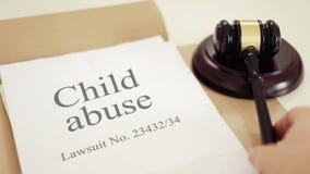 Verdict de procès de mauvais traitement à enfant avec le marteau placé sur le bureau du juge devant le tribunal banque de vidéos