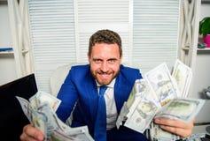 Verdien geld gemakkelijke bedrijfsuiteinden Mensen vrolijke gelukkige zakenman met de bankbiljetten van de stapeldollar Winst en  stock foto