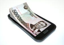Verdienen des Geldes mit elektronischem Geschäftsverkehr unter Verwendung des Smartphone stock abbildung