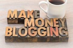 Verdienen Sie das Geld, das in der Weinleseholzart blogging ist Lizenzfreies Stockfoto