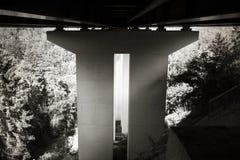 Verdiepingspost onder brug stock foto's