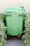 Verdissez le conteneur d'ordures Images stock