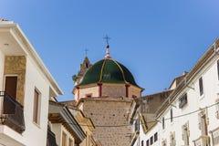 Verdissez le dôme carrelé de l'église en Alcala del Jucar photographie stock libre de droits