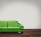 Verdissez le sofa dans la chambre blanche Photo stock
