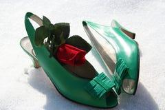 Verdissez les chaussures avec le rouge s'est levé Image stock