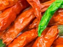 Verdissez les piments secs sur d'autres chillis rouges étroits Photos libres de droits
