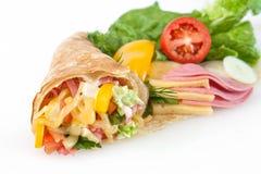 Verdünnen Sie Pfannkuchen mit Schinken, Käse und Gemüse Stockbild