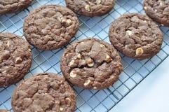 Verdoppeln Sie halb süße Schokolade und weißes Schokoladenplätzchen Lizenzfreies Stockfoto
