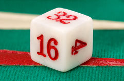 Verdoppelnwürfel des Backgammon Stockbild