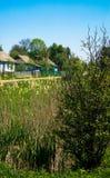 Verdor ocultado casas rurales del paisaje Foto de archivo libre de regalías
