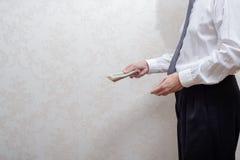 Verdorbener Geschäftsmann oder Politiker, ein Dollarbanknotenbestechungsgeld zahlend lizenzfreies stockbild