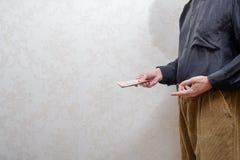 Verdorbener Geschäftsmann oder Politiker, ein Hryvnia-uah Banknotenbestechungsgeld zahlend lizenzfreies stockfoto