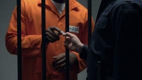 Verdorbener Offizier, der schwarzes eingesperrtes kriminelles Blatt, Aufruhrvorbereitung gibt stock video footage