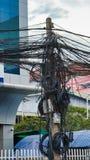 Verdraaide draden van machtslijnen, chaos van stedelijke mededelingen, kabelbundel stock foto's