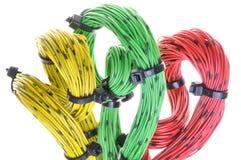 Verdraaide kleurrijke computerkabels met kabelbanden Stock Foto's