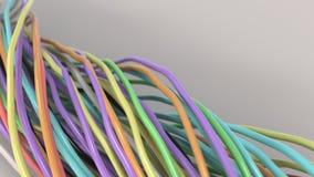 Verdraaide multicolored kabels en draden op witte oppervlakte Royalty-vrije Stock Afbeelding