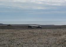 Verdraaide schipbreuk van een vliegtuigneerstorting in Zuid-IJsland, Europa stock foto