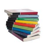 Verdraaide stapel kleurrijke echte boeken Stock Foto's