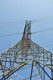 Verdrahten Sie Kontrollturm im blauen Himmel Stockfoto