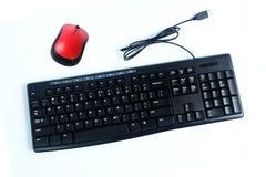 Verdrahtete Tastatur und drahtlose Maus lokalisiert auf Weiß, Computerzubehör lizenzfreie stockfotografie