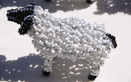 Verdrahtetes und perlenbesetztes afrikanisches Tierhandwerk eines Schafs Stockbild