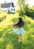 Verdrehen des kleinen Mädchens Lizenzfreie Stockfotografie