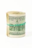 Verdreht rollen Sie 100 Dollarscheine zusammen, die auf Weiß lokalisiert werden Lizenzfreies Stockbild