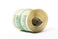 Verdreht rollen Sie 100 Dollarscheine zusammen, die auf Weiß lokalisiert werden Lizenzfreie Stockfotos