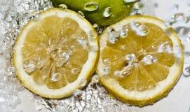 Verdrehte Zitrone des Wassers Stockfotos