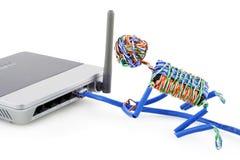 Verdrehter Mann schließt Wi-Fi das Internet an lizenzfreies stockbild