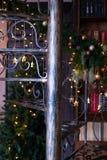 Verdrehtes Leiterschmiedeeisentreppenhaus mit dem verzierten Weihnachtsbaum im Innenraum lizenzfreie stockfotos