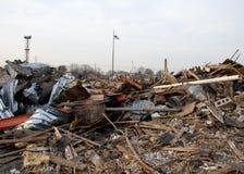 Verdrehtes Metall von zerstörtem Gebäude lizenzfreie stockbilder