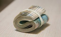 Verdrehtes Pack des Geldes, Banknotenverpacken lizenzfreie stockfotografie